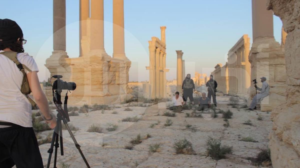 صورة حصرية تظهر كواليس احد اعدامات داعش. يظهر في الصورة على جهة اليمين الالماني هاري سارفو يحمل كاميرا ويصور الاعدام.