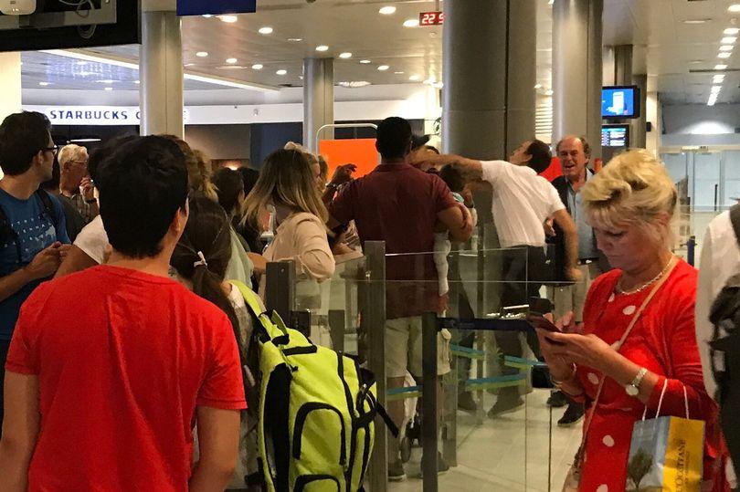 تعرض للضرب.. بسبب تذمره من تأخر الطائرة لأكثر من 10 ساعات