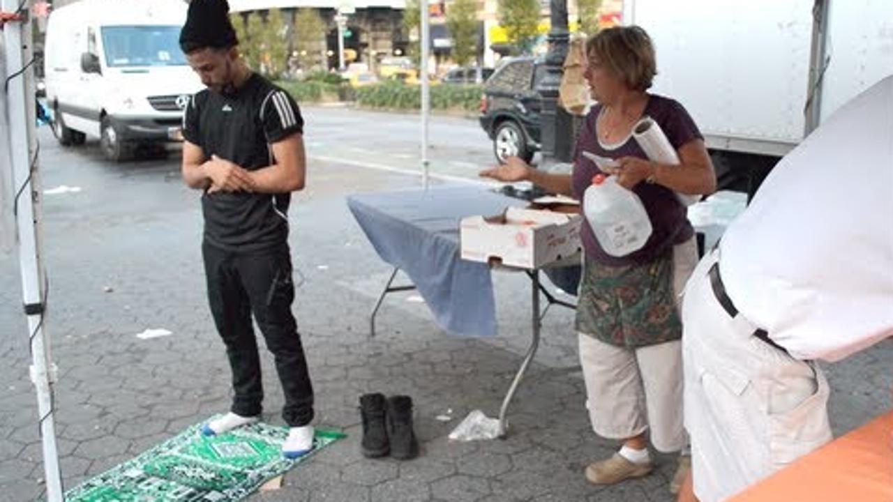 شاهد ردة فعل الأمريكان عندما شاهدوا شاب مسلم يصلي في الأماكن العامة .. مؤثر !!