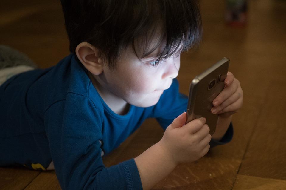 دماغ طفلك في خطر.. دراسة تكشف أثر الأجهزة الإلكترونية المدمر على صحة الأطفال